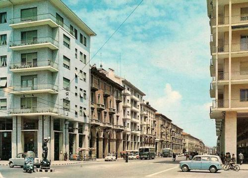 """Foto all'incrocio tra corso Nizza e corso Giolitti quando ancora c'era il """"civich"""" a dirigere il traffico, con una Vespa alle spalle"""