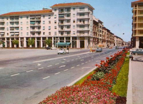 Vespa all'inseguimento di una Fiat 500 in corso Nizza, altezza piazza Europa