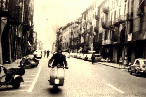 Vespista in via Roma a Cuneo