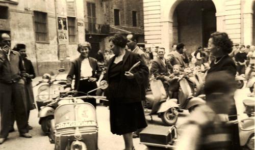 Raduno di vespisti a Cuneo in Largo Audifreddi lato Comune e via Fratelli Vaschetto
